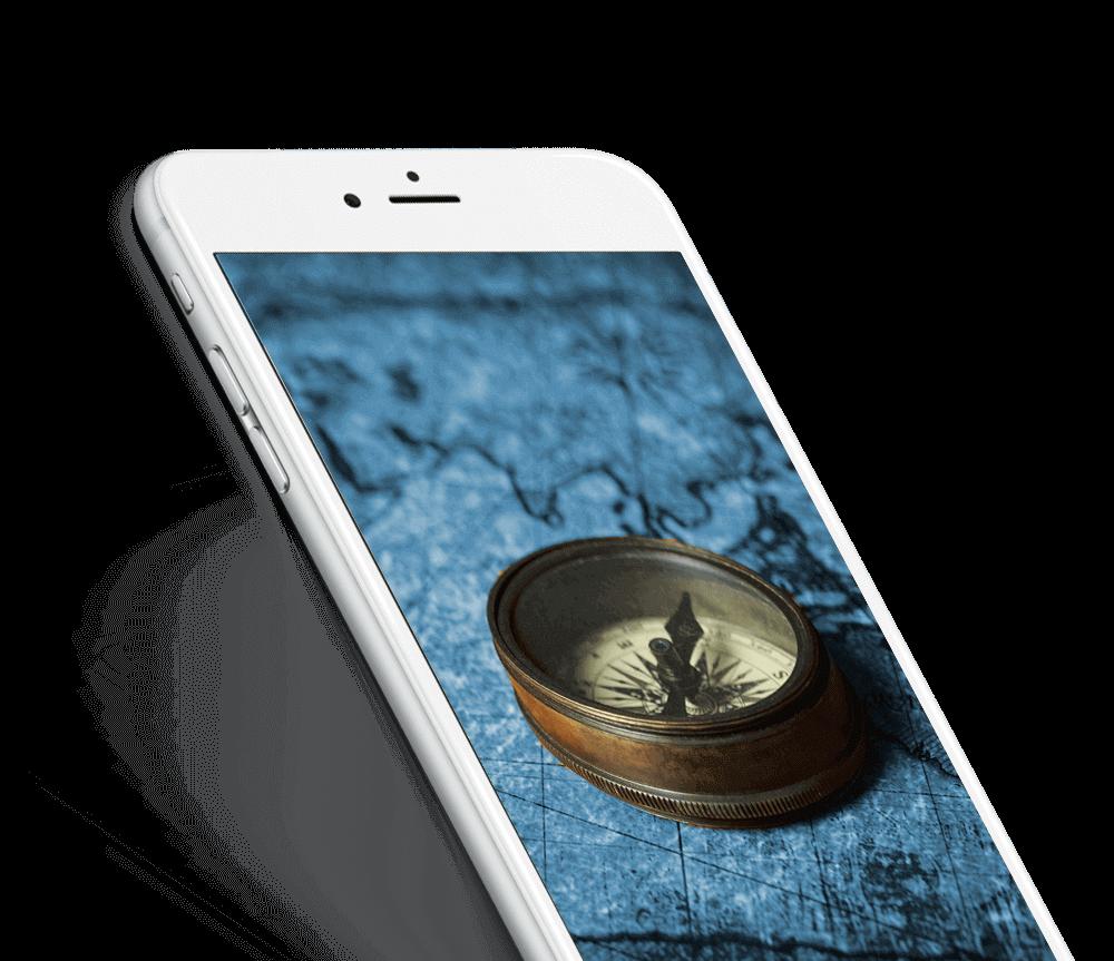Smartphone brújula en el bolsillo azul